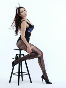 韓國美女破洞黑絲寫真翹臀誘人寫真