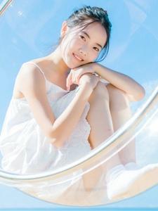 白色吊带装清纯女孩阳光温馨迷人写真