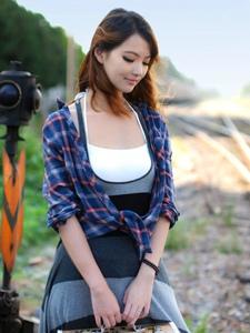 潮搭美女废弃铁轨唯美写真
