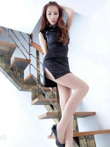 樓梯間修身旗袍美女高挑身材秀長腿寫真