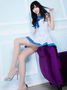 清丽秀雅的美女Vicni穿着纯美的学生裙写真
