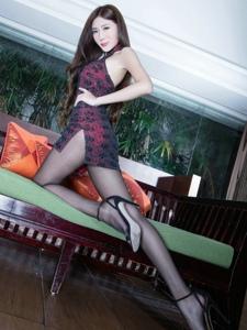 容貌秀麗的酒紅色旗袍美女Xin黑絲美腿誘惑寫真