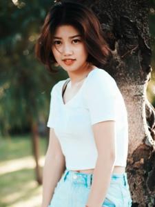 公園短發復古清新少女綻放迷人笑容寫真