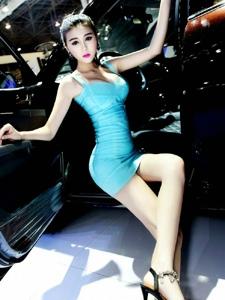 白皙长腿美女车模性感吊带裙秀极品美乳写真