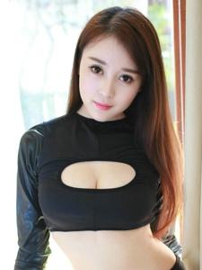 美女模特趙小米黑絲美腿露酥胸寫真