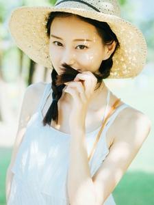 戴遮阳帽的精致五官麻花辫美女写真
