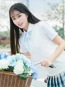 骑自行车的迷你短裙清纯女孩阳光甜美写真