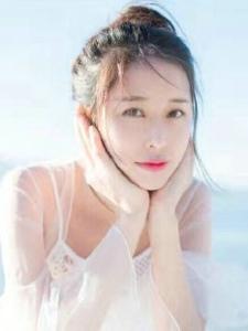 甜美少女薄纱白裙轻盈阳光写真