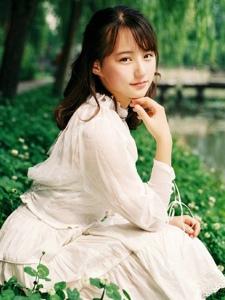 邻家小妹白色甜美连衣裙清新活力户外写真