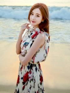 五官漂亮的碎花裙美女海边写真
