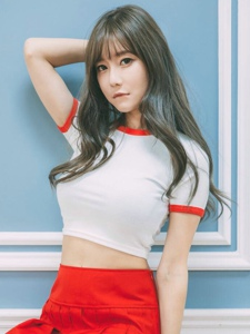 韓系美女短裙挺胸甜美粉嫩養眼寫真