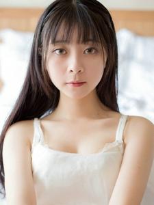 白皙黑长直粉嫩少女阳光风韵迷人写真