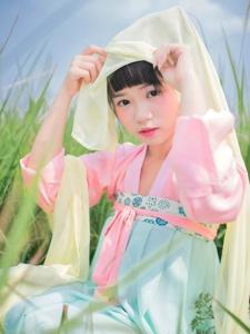 甜美少女古裝尋覓大自然的溫馨氣息