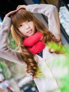 凉椅上的甜美长发小妹冬季温馨养眼写真