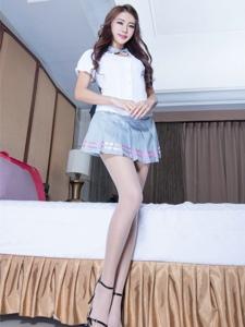白衣短裙美女Jennifer肉丝美腿甜美写真