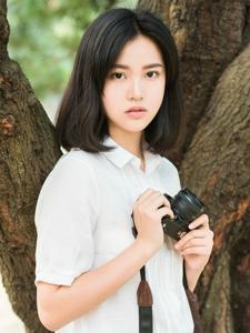 穿白衬衫的短发素颜大眼美女粉嫩迷人诱惑写真