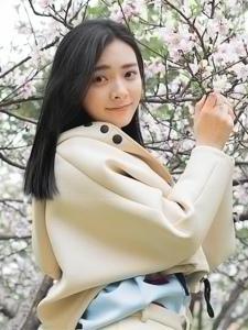 桃花樹下的天生麗質漂亮美女溫馨粉嫩魅力十足
