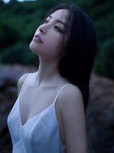 乌黑长直发大眼高鼻梁美女吊带海岸唯美写真