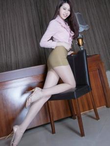超短裙美女秘书Christine甜美的笑容写真