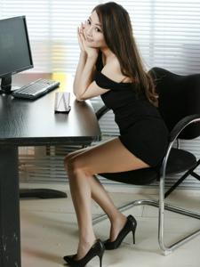 黑色超短裙性感秘书诱惑美腿秀完美身材