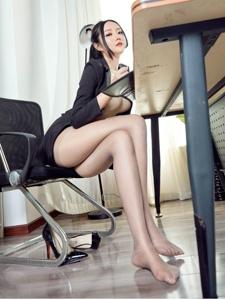 美女秘书办公室性感玉足撩人诱惑写真