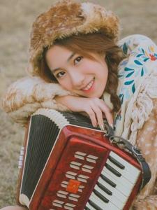 风琴小美女户外写真笑容甜美温暖写真