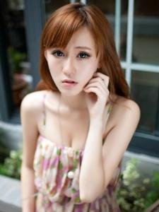 清纯美女碎花短裙街拍靓丽迷人写真