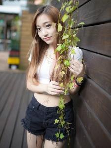 清纯美女白衣短裤写真笑颜清甜迷人