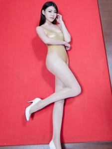 金色连体泳装美女Zoey性感翘臀美腿写真