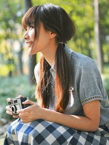 藍色格子長裙森系美女戶外感受自然的清新魅力