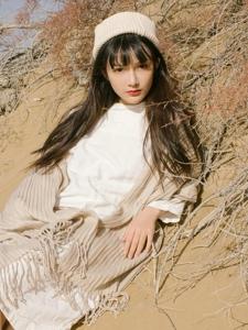 沙漠之中的清純陽光少女溫馨飄逸迷人寫真