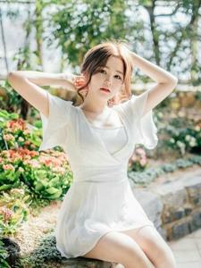 阳光下清纯嫩模洁白纱裙清凉身姿淑女范