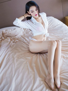 私房美女白皙红唇翘臀美腿养眼十足