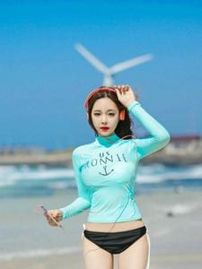 蓝天白云下白嫩美女模特海边清凉夏日写真