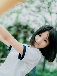 日本短发清纯美少女操场外活动装甜美写真