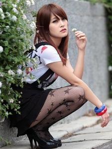 美女校花戶外黑絲短裙寫真美腿迷人
