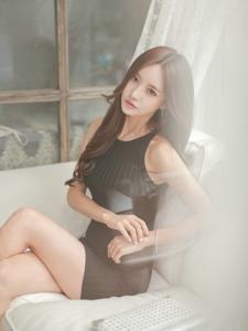 沙发美女模特条纹针织裙美丽动人优雅大方