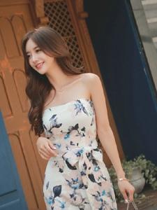裹身碎花裙美模街拍写真笑容甜美