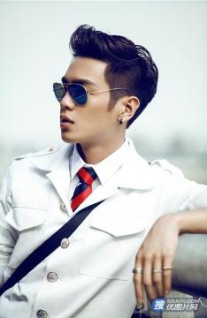 张若昀制服街拍图片 酷帅型男演绎空少魅力