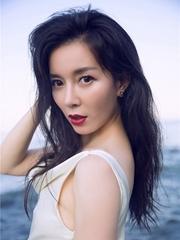 刘敏海边大秀美背 性感妖娆展女神风采
