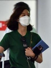 刘诗诗穿短裙独自现身机场秀美腿
