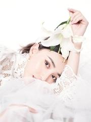 艾晓琪散发温婉气质 白衣写真仙气十足