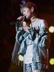 李宇春深圳开唱 舞台炫目造型酷帅