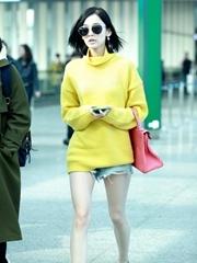 古力娜扎变小黄人?#30701;?#31505; 热裤晒美腿不惧严寒