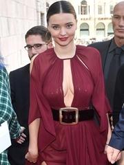米兰达可儿长裙展傲人胸器