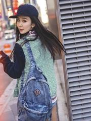 娄艺潇变身棒球Girl秀美腿