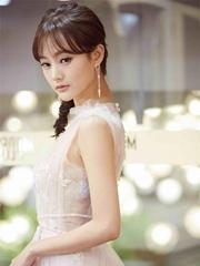 李一桐纱裙甜美亮相红毯 微笑迷人仙气足