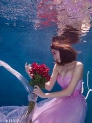 水下的粉色姑娘