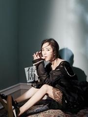 杨幂登时尚杂志封面秀雪肤美腿
