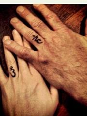 情侶戀人手指關節上的各種指環紋身圖案